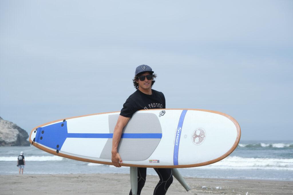Cuzco Express con surfer en la playa